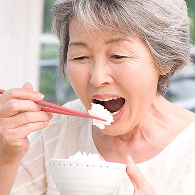 自分の歯のようにしっかり噛めて食事を楽しめるのは、インプラント。