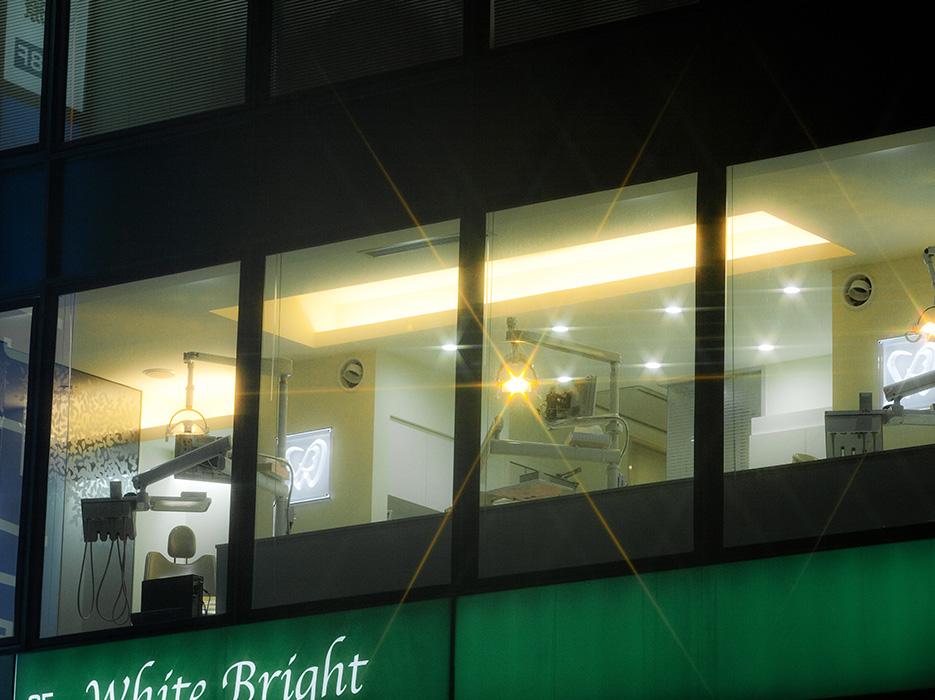 外から見た診療室(夜)
