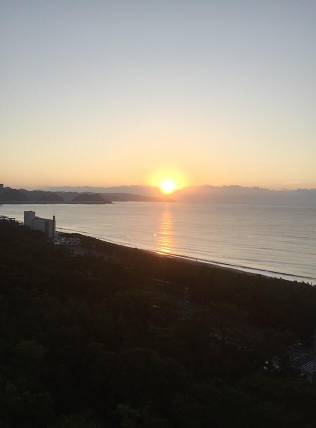 水平線に浮かび上がる日の出